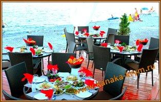 Столики ресторана Черная жемчужина на берегу моря.